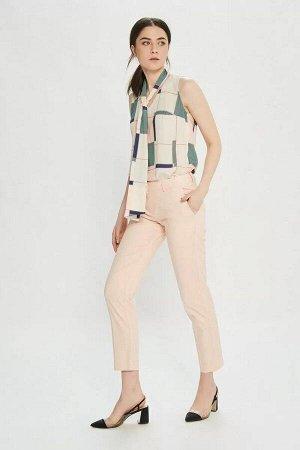 Брюки Брюки женские из костюмно-плательной ткани, прямые на притачном поясе. Застежка брюк в верхней части среднего шва передних частей на тесьму-молнию, петлю и пуговицу по концам пояса. Пояс с пятью