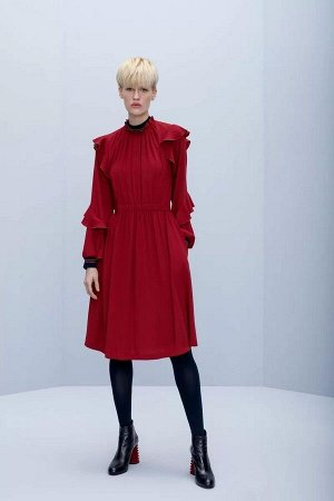 Сарафан Платье женское из костюмно-плательной ткани, полуприлегающего силуэта, с застежкой на потайную тесьму-молнию, расположенную в среднем шве спинки платья. Перед с односторонними складками по гор