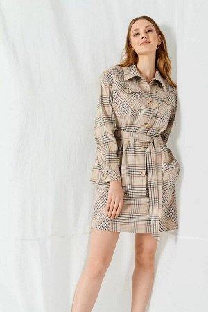 Блуза 64% полиэстер, 33% вискоза, 3% эластанСтильная блуза в клетку, прямого силуэта, со спущенной линией плеча. Рукава втачные одношовные, низ оформлен манжетами с застежкой на пуговицу. Накладные ка