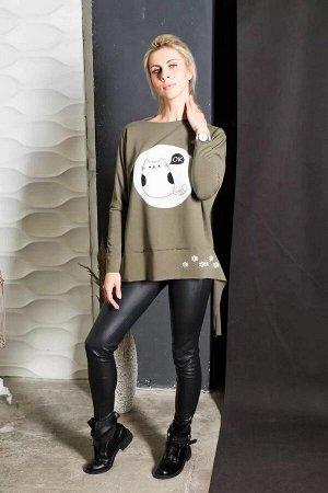 Блуза блуза оверсайз свободного кроя. Полочка декорирована забавным принтом. Рукав одношовный полноценной длины. Линия плеча спущена. Разный уровень низа переда и спинки. Низ изделия, низ рукава и кра