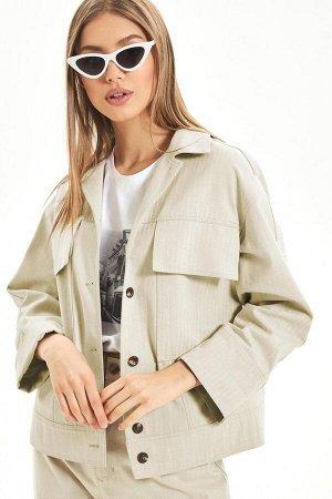 """Жакет Жакет выполнен из хлопковой джинсовой ткани с дизайном """"ёлочка"""". Модель прямого силуэта нас притачном поясе, со спущенной линией плеча. Спереди предусмотрена потайная застежка на металлические к"""