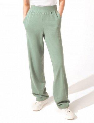 Свободные брюки на широкой резинке из трикотажного полотна в рубчик с большим содержаием эластана.