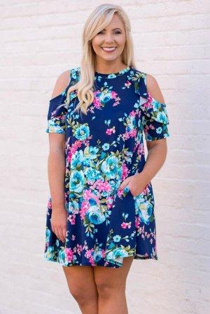 Синее платье плюс сайз с разноцветным цветочным принтом и вырезами на плечах