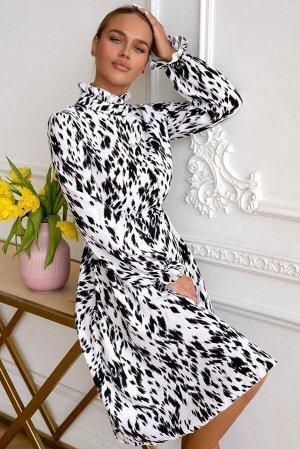 Платье Платье модели 4715 выделяется своим необычным дизайном и интригующей расцветкой. Чёрно-белый, анималистичный принт, высокий воротничок-стоечка, рукава-баллоны с резинкой на запястье, подчёркнут