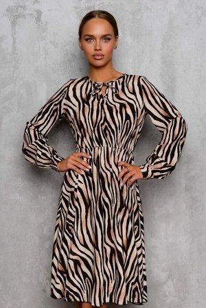 Платье Платье с анималистичным принтом привлекает внимани оригинальными деталями и неповторимыми оттенками. За счет резинки на талии силуэт платья развевающийся. Изделие изготовлено из купонной ткани,