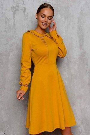 Платье Платье-трапеция. Приглушенного желтого цвета. Создает стильный и женственный образ. Модель отрезная по линии талии. Округлый отложной воротничок и собранный на декоративную пуговичку рукав на м