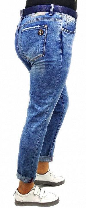 Джинсы Тип посадки: средняя; заужены к низу. Детали: застежка на молнию и пуговицу, два кармана спереди и два сзади, шлевки для ремня;декоративные потертости;  Длина изделия (33 размер) по внешней сто
