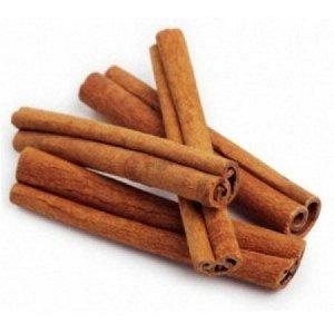 Корица В кулинарии корица (cinnamon)– пряность, которой приправляют самые разнообразные блюда. В сладких блюдах она особенно хорошо сочетается с вишней, курагой, яблоками, тыквой, а в мясных блюдах –