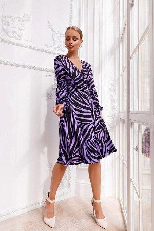 Платье Платье с V-образным вырезом на груди из вискозы станет украшением вашего гардероба. Необычный пурпурный оттенок с ассиметричным узором, длинный широкий рукав на манжете. Летящая юбка очень возд