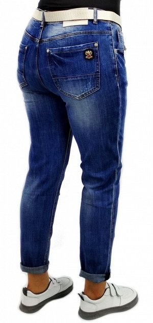 Джинсы Тип посадки: средняя; заужены к низу. Детали: застежка на молнию и пуговицу, три кармана спереди и два сзади, шлевки для ремня, ремень в комплекте. Материал: деним средней плотности, stretch.