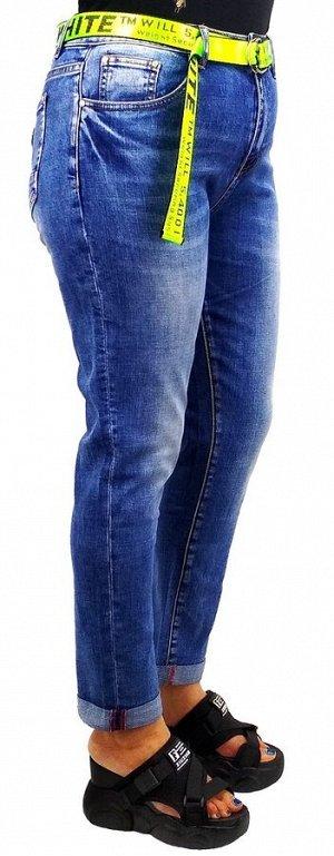Джинсы Тип посадки: средняя; заужены к низу. Детали: застежка на молнию и пуговицу, три кармана спереди и два сзади, шлевки для ремня. Материал: деним средней плотности, stretch.  На манекене (парамет