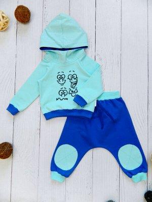 Костюм Оригинальный и яркий костюм идеально подойдет Вашему малышу. Куртка с капюшоном - стойкой декорирована принтом. Брюки свободного кроя на эластичной резинке украшены аппликацией и шнурком. Удобн