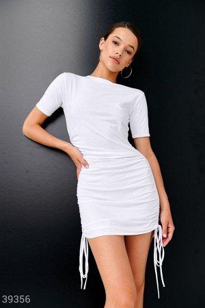 Белое платье с завязками по бокам
