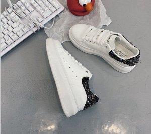 Женские кроссовки, с вставкой черного цвета, цвет белый