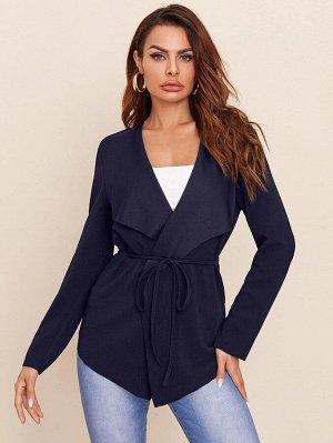 Пальто с поясом и оригинальным воротником