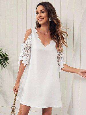Платье с открытыми плечами и кружевным рукавом