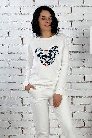 Комплект Комплект джемпер и брюки. Джемпер выполнен из хлопкового трикотажного полотна футер двухнитка. Расцветка белый с вставкой из цветочного узора по переду . Круглый вырез горловины. Рукава регла