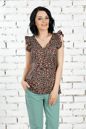 Блуза Топ из эластичной блузочной ткани. Расцветка хищный принт на хаки. Вырез горловины V-образный.  Декорирован крылышком с рюшей. Низ прямой. Без застёжки. Без подклада. ДИ в 42-44 р 64 см, в 46-4