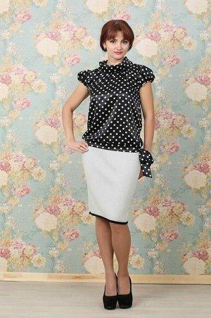 Блуза Блуза прямого силуэта. Расцветка белый горох на чёрном. Ворот стойка на отвороте, короткий рукав фонарик. Передняя полочка блузы дополнена сборкой, низ фиксируется манжетом на завязках. Размеры