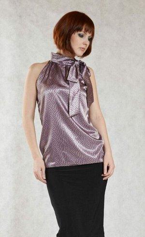 Блуза Прекрасная блуза струящегося-прямого силуэта, модель американка, выполнена из атласа. Расцветка чёрный горох на розовом. Изящный ворот стойка на завязках, фиксирует блузу на шее объемным бантом,