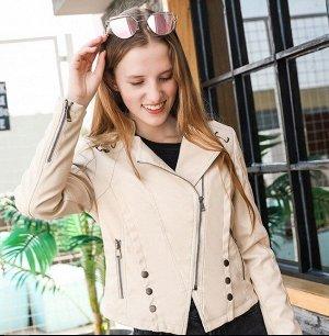 Женская куртка из эко-кожи, с декоративными элементами, цвет кремовый