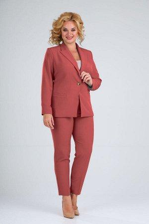 Костюм Костюм женский, состоит из жакета на подкладке и брюк. Жакет полуприлегающего силуэта с втачными рукавами и воротником пиджачного типа. Однобортный жакет с застежкой на одну пуговицу. Рукав дву