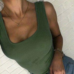 Майка Простая майка незаменима для весны и лета. Базовые модели сочетаются с короткими шортами, джеггинсами, юбками, однотонные – со кардиганами, джемперами и рубашками. Состав — 95% хлопок, 5% лайкра