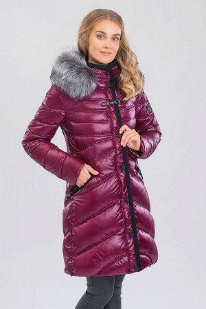 Пальто Превосходное пальто прилегающего силуэта. Капюшон, воротник и планка окантованы декоративной тесьмой. Модель с отстегивающимся капюшоном, украшенным искусственным мехом чернобурки, мех отстегив