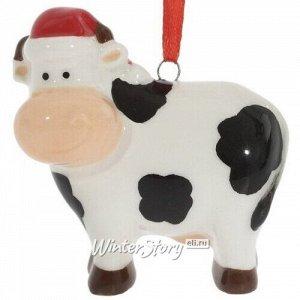 Елочная игрушка Корова Эвелин 6 см в рождественском колпаке, подвеска (Winter Decoration)