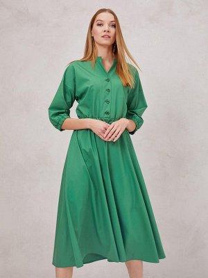 Платье зеленое длины миди с воротником-стойкой и резинкой на талии