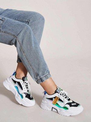 Кроссовки на шнурках с текстовой заплатой