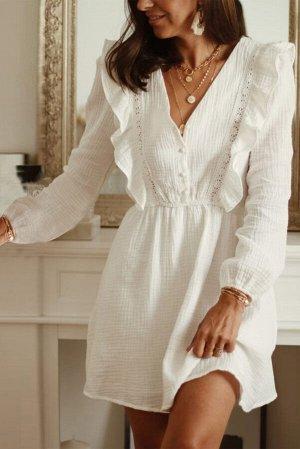 Белое платье с V-образным вырезом с длинными рукавами и кружевными рюшами
