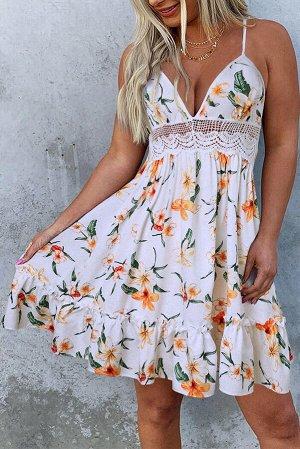 Белое платье с кружевными вставками и разноцветным цветочным принтом