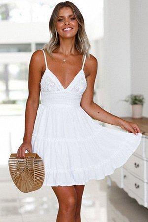 Белое платье с V-образным вырезом с кружевной отделкой и оборками