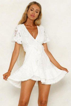 Белое платье с запахом и цветочным принтом с кружевной отделкой