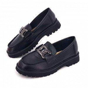 Лоферы Лоферы выполнены из искусственных материалов (иск. кожа, подошва TPR).  Высота каблука 2,5 см., подошвы - 1,5 см. Цвет - черный.  Лоферы подойдут на средней полноты стопу.  Обувь маломерит на о