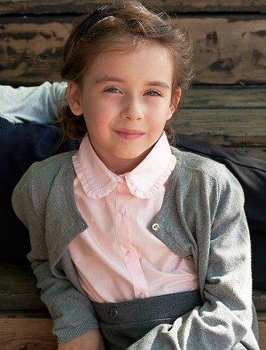 Блузка Материал верха 60% ХЛОПОК, 40% ПОЛИЭСТЕР; Невероятно женственная блузка! <br>- Блузка<br>- Короткие рукава с резинкой в нижней части <br>- Воротник с воланами <br>- Нежные пуговицы впереди