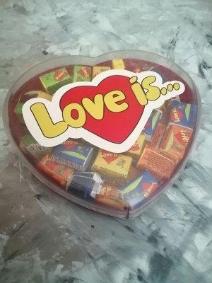 Жевачка love is... в коробочке сердце .
