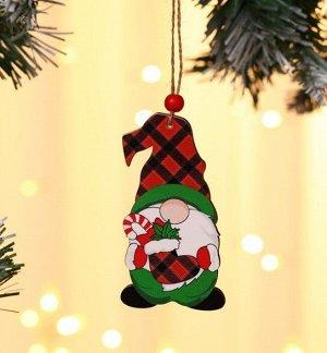 """Новогоднее подвесное украшение """"Гномик с носком подарков"""""""