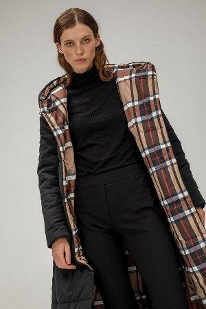 Пальто Длинное пальто макси с капюшоном. Застегивается на пуговицы. Имеется два боковых кармана на молниях. Подклад капюшона выполнен в принте- клетка. Низ пальто воланообразной формы. Пояс идет в ком