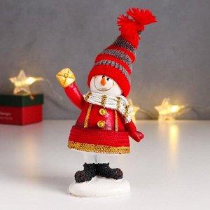 "Сувенир полистоун ""Снеговик в красной шубе, полосатом колпаке и шарфике"" 14х10,5х5 см"