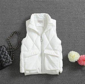 Женский стеганый жилет, с накладными карманами и воротником-стойкой, цвет белый