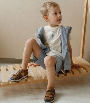 Футболка Футболка детская. Материал премиум качества - натуральный хлопок. Обтачка на спинке закрывает швы, поэтому одежда не натирает ребенку шею. Рост моделей: в серой футболке 104 см, в синей футбо