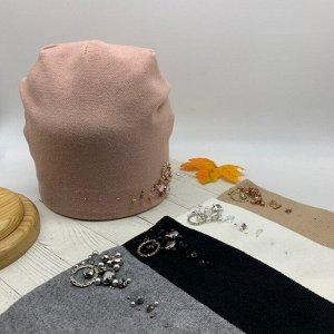 Шапка Двуслойная шапка колпак, средней длины без отворота с защипом сзади. Изготовлена из вискозы и нейлона, что делает изделие более мягким и эластичным. Декорирована крупными стразами, бисером и мет