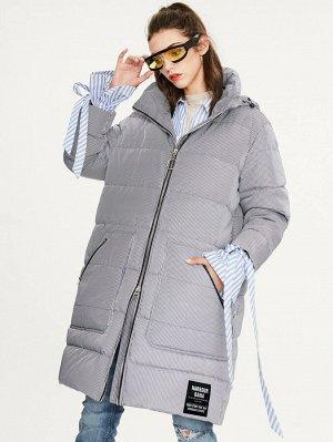 Пуховое пальто в полоску на молнии с карманом и текстовой заплатой