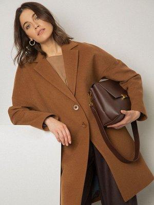 Пальто Состав ткани: 100% Полиэстер Описание модели Полушерстяное пальто в мужском стиле цвета корицы. Интересный крой рукава - сильно спущенная линия плеч. Английский воротник, однобортная застежка н