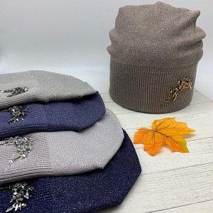 Шапка Классическая форма шапки-бини декорирована по левой стороне россыпью камней-страз. Шапка согреет в любую погоду и станет одним из любимых аксессуаров. Размер 56-58см. Cостав: Вискоза 75% Акрил 2