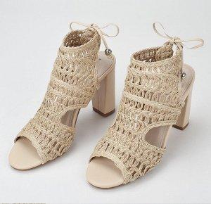 Плетеные босоножки на каблуке беж