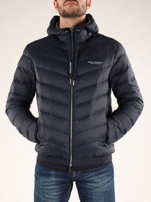 Куртка Состав: 100%POLYAMIDE/80%DOWN20%FEATHERS фиксированный капюшон с завязками длинные рукава застежка на двухсторонней молнии карманы на молнии фирменная надпись спереди стеганая ткань из нейлона