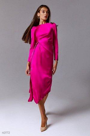 Атласное платье с разрезом цвета фуксия